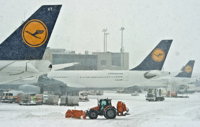 Heavy snow forces Germany's biggest airport to temporarily close